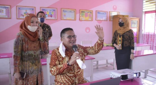 Walikota Gorontalo Marten Taha, saat menyapa para siswa SDN 27 Kota Selatan secara virtual.